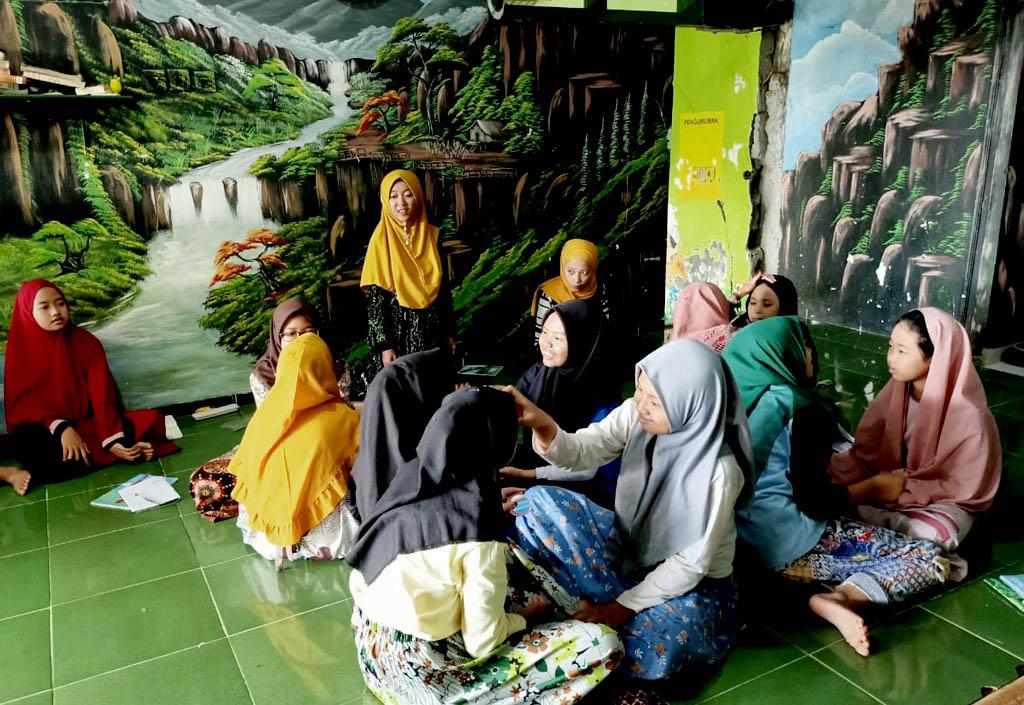 Praktek Kelas Make Up Santriwati Pesantren Rakyat Al-Amin
