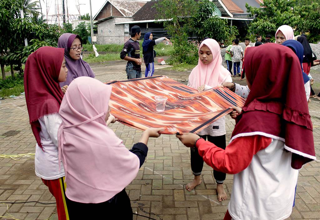 Permainan Transfer Air Gelas Outbound Santri Pesantren Rakyat Al-Amin